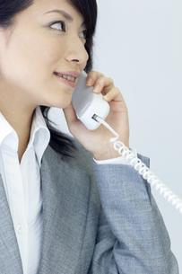 電話をするビジネスウーマンの写真素材 [FYI04781261]