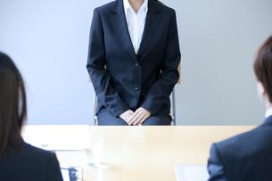 面接を受けるスーツを着た女性の写真素材 [FYI04781263]