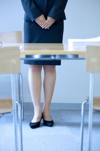 スーツを着たビジネスウーマンの足元の写真素材 [FYI04781266]