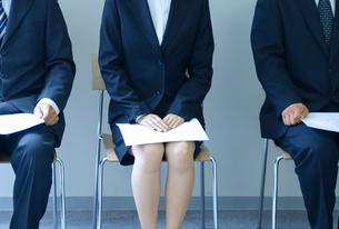 面接会場で待つ人々の写真素材 [FYI04781268]
