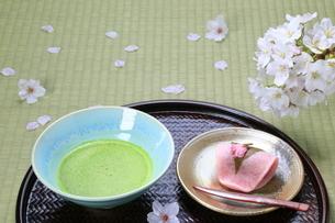 桜餅と抹茶の写真素材 [FYI04781345]
