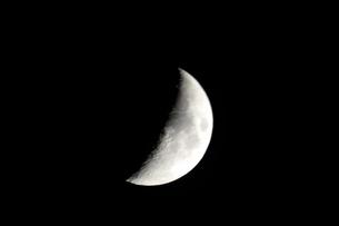 夏の空に半月の写真素材 [FYI04781508]