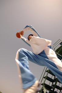ジャンプするバスケット選手の写真素材 [FYI04781611]