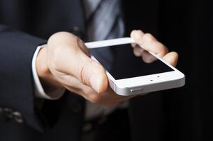 スマートフォンを持つビジネスマンの写真素材 [FYI04781668]