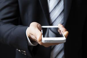 スマートフォンを持つビジネスマンの写真素材 [FYI04781670]
