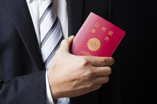 パスポートを持つビジネスマンの写真素材 [FYI04781678]