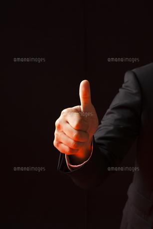 グッジョブの合図をするビジネスマンの手元の写真素材 [FYI04781685]