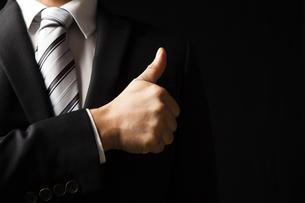 グッジョブの合図をするビジネスマンの手元の写真素材 [FYI04781688]