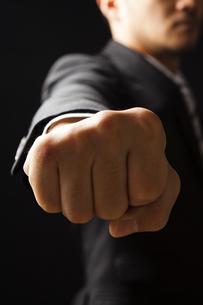 拳を前に突き出すビジネスマンの写真素材 [FYI04781690]