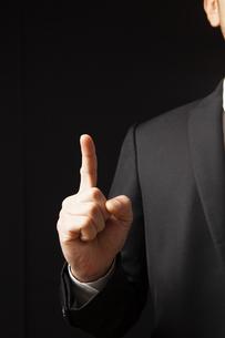 人差し指を立てるビジネスマンの写真素材 [FYI04781696]