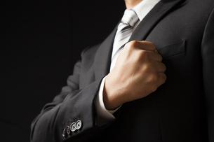拳を胸にあてるビジネスマンの写真素材 [FYI04781698]