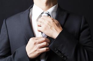 ネクタイを締める男性の写真素材 [FYI04781722]
