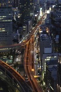 夕暮れ時の首都高速・谷町ジャンクションの写真素材 [FYI04781894]