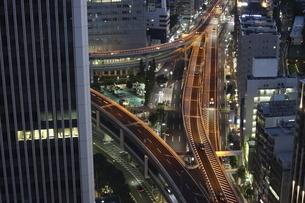 夕暮れ時の首都高速・谷町ジャンクションの写真素材 [FYI04781896]