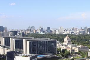 青空と国会議事堂と議員宿舎の写真素材 [FYI04781906]