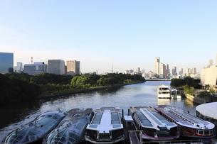 ウォーターズ竹芝に停泊する船と汐留方面のビル群の写真素材 [FYI04781931]