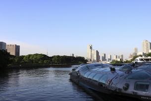 ウォーターフロントの公園に停泊する船と聖路加方面の夕景の写真素材 [FYI04781948]