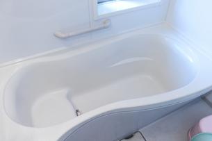 清潔感あふれる真っ白な浴槽の写真素材 [FYI04782312]