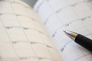 手帳のカレンダーとペンの写真素材 [FYI04782438]