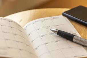 机の上に置かれた手帳とペンの写真素材 [FYI04782450]