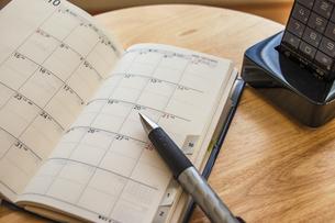 手帳でスケジュールを管理するの写真素材 [FYI04782454]