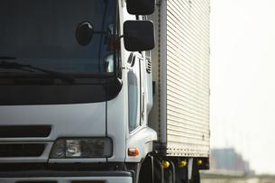 道路を走るトラックのアップの写真素材 [FYI04782648]