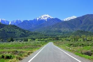 安曇野 常念岳と道の写真素材 [FYI04782692]