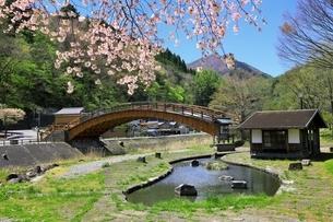 奈良井宿 木曽の大橋とサクラの写真素材 [FYI04782695]