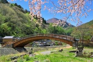 奈良井宿 木曽の大橋とサクラの写真素材 [FYI04782697]