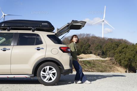 車の荷台に座る女性の写真素材 [FYI04782715]
