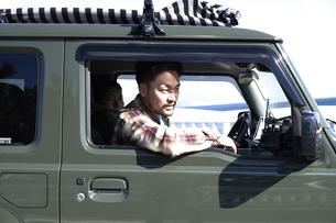 車の窓から前方を見る男性の写真素材 [FYI04782747]