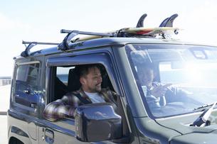 車の中で楽しそうに話す2人の男性の写真素材 [FYI04782748]
