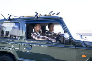 車の中で楽しそうに話す2人の男性の写真素材 [FYI04782749]