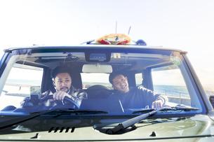 車の中で話す2人の男性の写真素材 [FYI04782751]