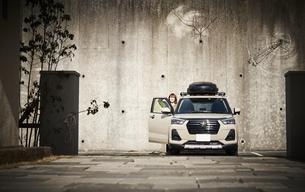 車に乗り込む女性の写真素材 [FYI04782762]