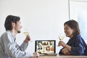 リモート飲みをする男女の写真素材 [FYI04782802]