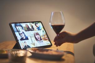 リビングでリモート飲みをする女性の手元の写真素材 [FYI04782828]