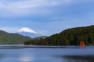 富士山と芦ノ湖 ②の写真素材 [FYI04782897]
