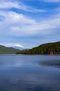 富士山と芦ノ湖 ③の写真素材 [FYI04782898]