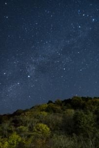 奥多摩湖の星空 ②の写真素材 [FYI04782925]