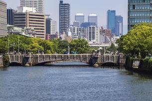 大阪中之島・土佐堀川と淀屋橋の写真素材 [FYI04782976]