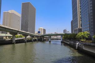 大阪・堂島川沿いの都市風景の写真素材 [FYI04782979]
