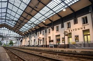 フランス、バスク地方、バイヨンヌの駅のホームの写真素材 [FYI04783163]