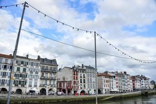 フランス、バスク地方バイヨンヌの川沿いの風景の写真素材 [FYI04783164]
