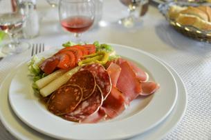 フランス、バスクの料理、手作りサラミとハムの写真素材 [FYI04783165]