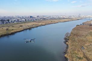 江戸川上空の小型ドローンの写真素材 [FYI04783179]
