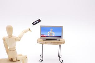 テレビに向かってリモコンを投げつけるデッサン人形の写真素材 [FYI04783299]