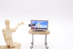 リモコンを投げつけてテレビ画面を割るデッサン人形の写真素材 [FYI04783322]