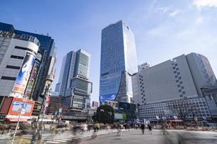 渋谷駅前のスクランブル交差点の風景の写真素材 [FYI04783360]