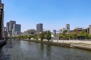 大阪・土佐堀川と中之島の街並みの写真素材 [FYI04783680]